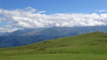 Zeitraffer Berge Szene im Nationalpark von Dombay, Kaukasus, Russland, Europa