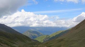 timelapse dans les montagnes avec de beaux nuages se déplaçant rapidement dans le parc national video