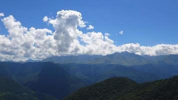 Scène de montagnes time lapse dans le parc national de Dombay, Caucase, Russie, Europe
