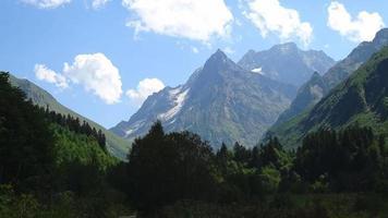 Zeitraffer Berge Szenen im Nationalpark Dombai, Kaukasus, Russland