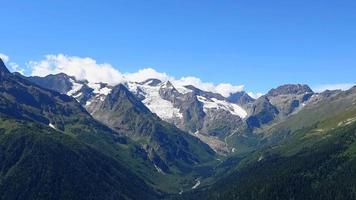 Time lapse des scènes de montagnes dans le parc national de Dombai, Caucase, Russie video