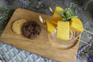 mango amarillo con galletas