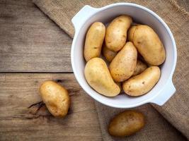 Vista superior de patatas en un cuenco de cerámica foto