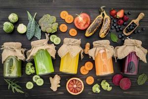frascos de jugos de frutas y verduras frescas foto