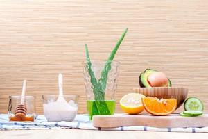 Ingredientes naturales para el cuidado de la piel en una mesa. foto