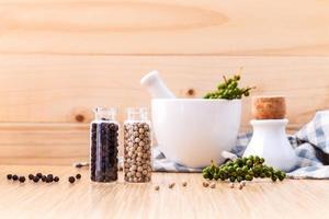 pimienta y hierbas con un mortero foto