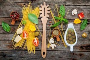 Ingredientes de espaguetis frescos en madera foto