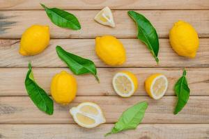 Vista superior de limones frescos en madera foto