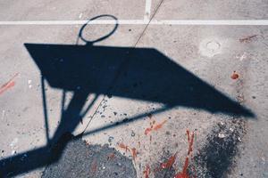 sombra de la canasta de la calle en la ciudad foto