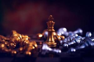 Rey pieza de ajedrez de pie entre otras piezas de ajedrez que se establecen foto