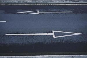 Señal de tráfico de flecha señal de tráfico en la ciudad de Bilbao, España foto