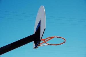 aro de cesta de la calle en la ciudad foto