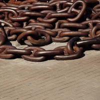 antigua cadena marrón en el puerto marítimo foto