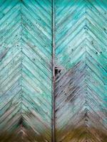 Antigua puerta de espiga de madera verde