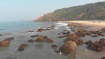costa idílica rochosa de arambol no norte de goa, índia - foto aérea de baixo ângulo video