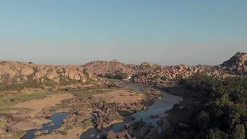 afloramentos de granito e paisagem rochosa ao longo do rio tungabhadra em hampi, karnataka, índia