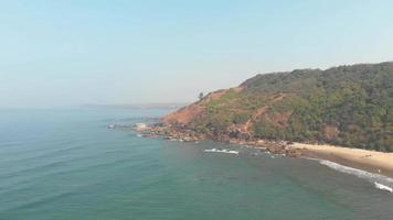 vista panorâmica da paisagem tropical da orla costeira da praia de arambol - foto panorâmica aérea video