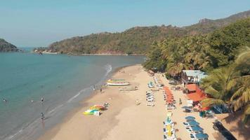 imagens aéreas de drones 4k de visitantes em uma praia tropical em palolem, Índia. video