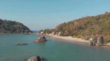 rocas y mar de la playa de palolem. aguas turquesas y tranquilas costas de arena video