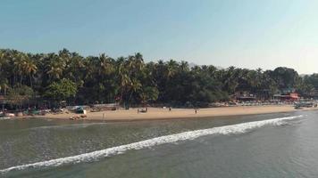 bela praia tropical com alguns visitantes no destino turístico de Palolem, Índia