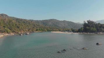 Tranquila playa de arena, palolem, canacona en el sur de Goa, India video