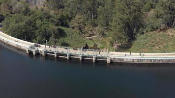 sobrevoar a barragem em munnar, Índia. pessoas e carros passando.