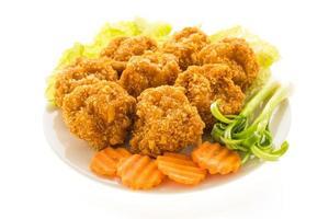 Pastel de camarones fritos o gambas en una placa blanca.