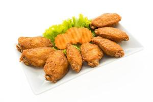 alitas de pollo frito en un plato blanco foto