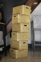 cestas apiladas en una habitación foto