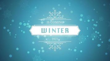 animierte Nahaufnahme Winter kommt Text und fliegen weiße Schneeflocken auf schneeblauem Hintergrund