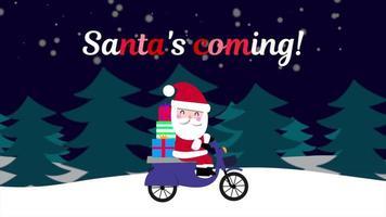 animierte Nahaufnahme Santa kommt Text und Santa Claus auf Motorrad im Schneewald, Urlaubshintergrund