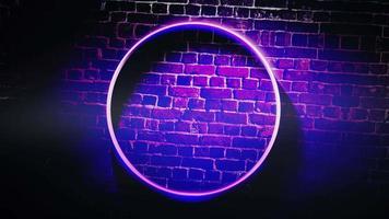 Cámara de movimiento de animación y luces de neón brillantes en el fondo de la pared en el club video
