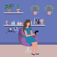 Mujer joven en la peluquería con smartphone vector