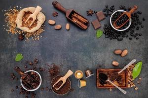 Marco de café con sabor sobre un fondo oscuro foto