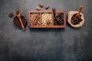 granos de café tostados y café molido foto