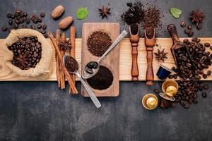 café molido y granos de café foto