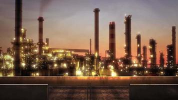 panorama över stadslandskap med många stora fabriksrör i solnedgång sommardag