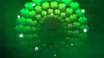 animação movimento pequenos trevos verdes no fundo brilhante do dia de São Patrício video