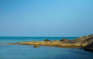 paisaje de playa tropical, hermosas rocas y cielo azul