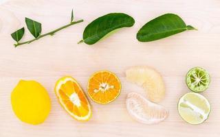 frutas y hojas frescas de cítricos foto