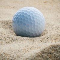 bola de oro en la arena foto