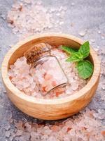 Close-up de un tazón de sal rosa del Himalaya foto