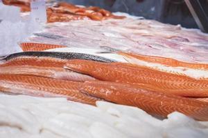 filete de salmón en el mercado foto