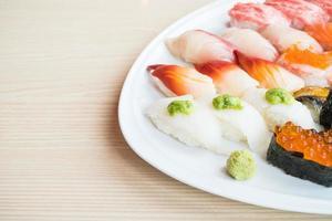 sushi en plato blanco foto