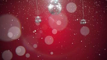 Animé gros plan motion boules d'argent et flocons de neige sur fond rouge video