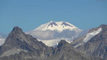 bekijk bergen scènes in nationaal park Dombai, Kaukasus, Rusland