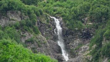 ver cenas de cachoeira em montanhas, parque nacional dombai, cáucaso, rússia video