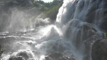 bekijk watervalscènes in bergen, nationaal park Dombai, Kaukasus, Rusland