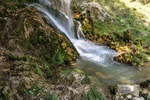 Cascada de gostilje en la montaña de Zlatibor en Serbia foto