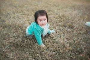 niña jugando en el suelo foto